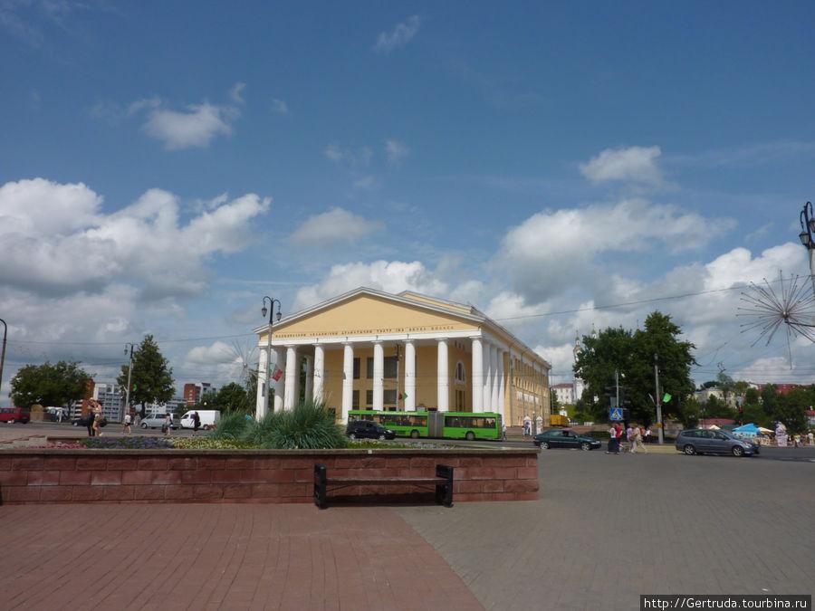 Вид на Театр им. Якуба Коласа с площади Тысячелетия.