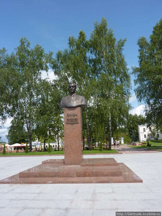 Памятник П.М. Машерову в сквере у театра