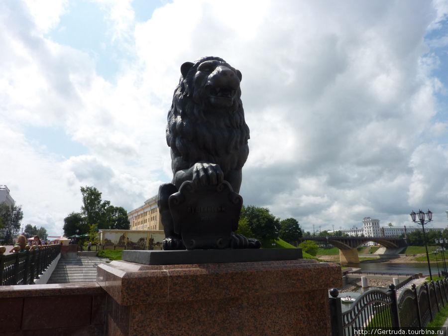 С четырех сторон моста стоят вот такие львы.