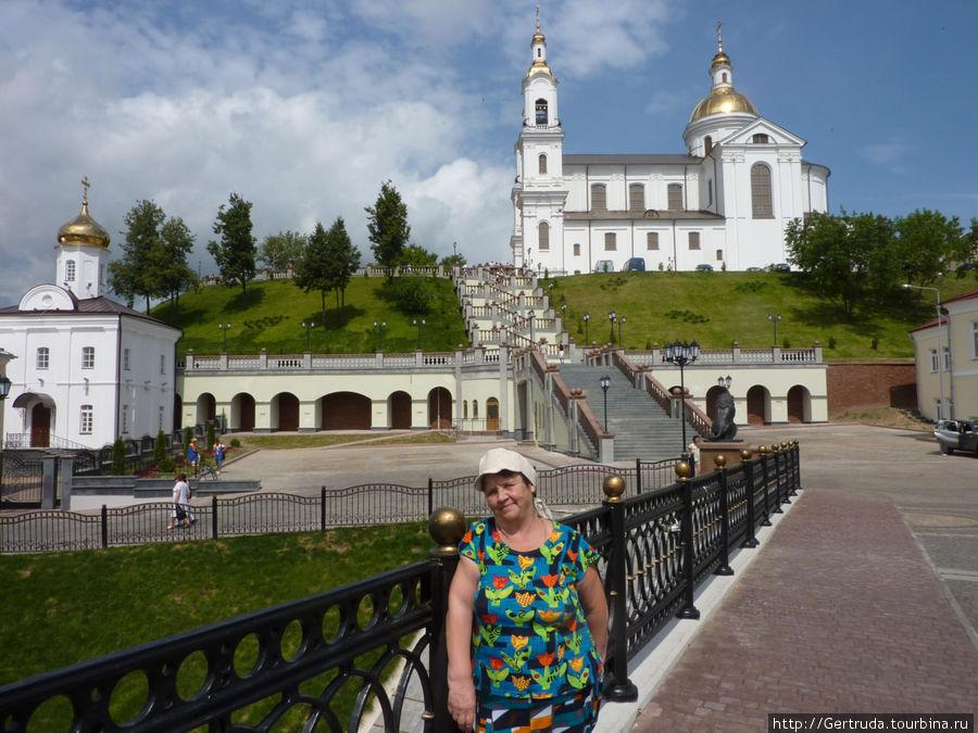 Прекрасный вид на ансамбль Свято-Успенского кафедрального собора