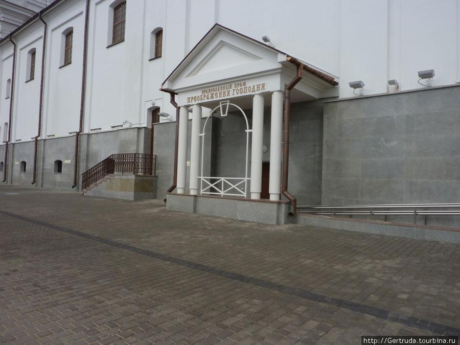 К Свято-Успенскому примыкает  Храм Преображения Господня.