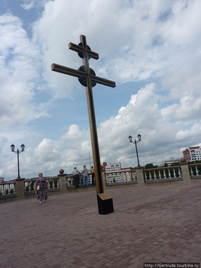 Крест на площади перед Свято- Успенским собором.