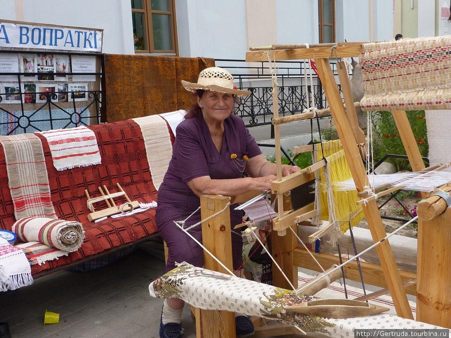 Народный мастер со своим ткацким станком