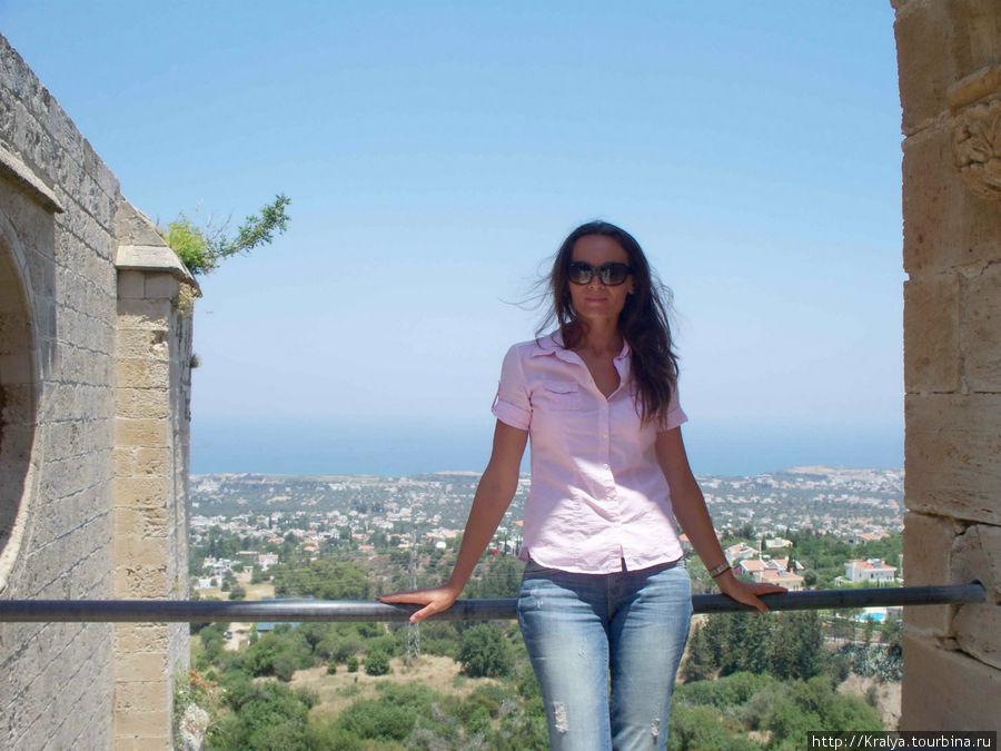 С Белапаиса открывается чудесный вид на г Кирению и море.