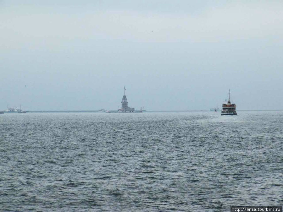 Справа Европа, слева Азия. В  месте, где воды Босфора встречаются с Мраморным морем, стоит Девичья башня, или Кыз Кулеси (Kız Kulesi – девичья башня), с которой связано несколько очень красивых легенд.