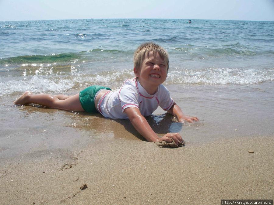 Младший внук балдеет от моря.