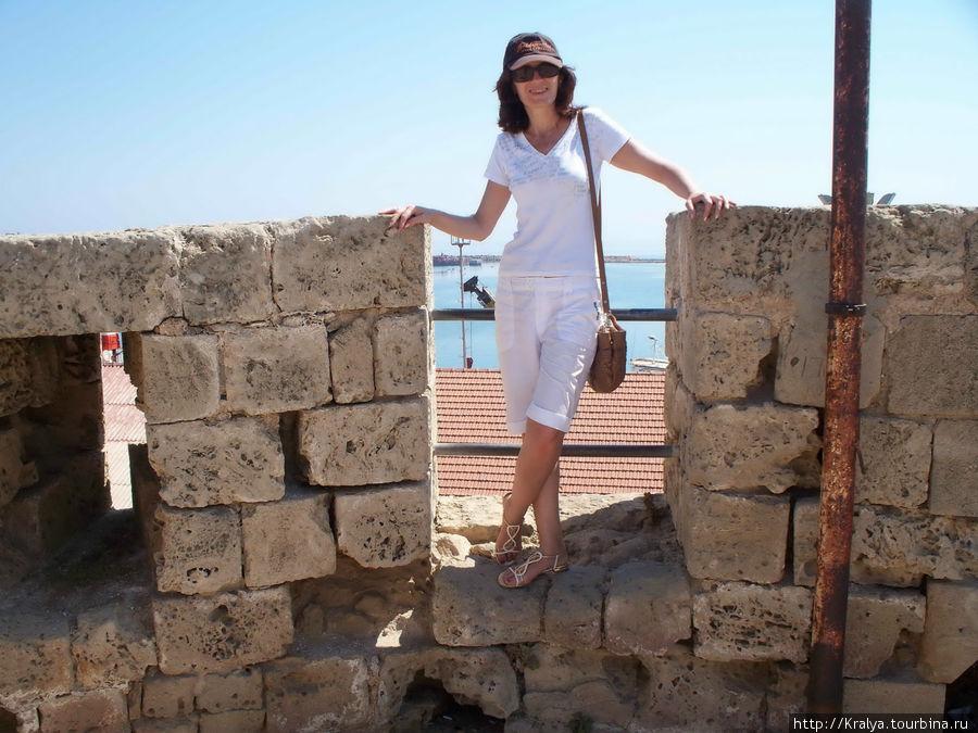 На древней крепостной стене.