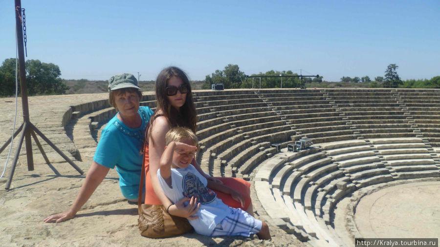 На ступенях древнего амфитеатра  в античном городе Саламис.