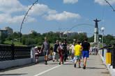 Половину пешеходного моста в Чебах отдали велосипедистам.