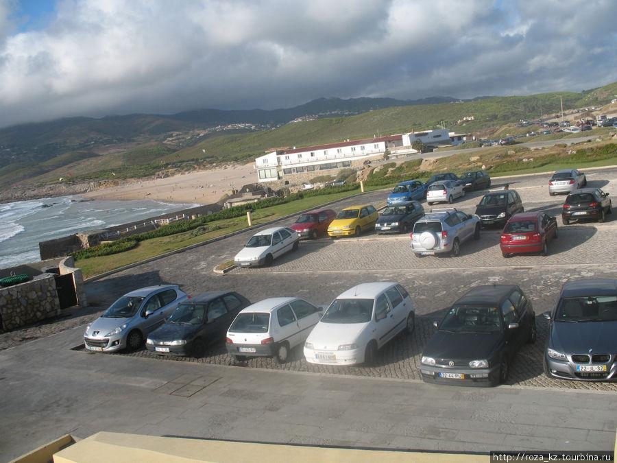боковой вид из окна номера: мусорные баки (слева) и стоянка машин