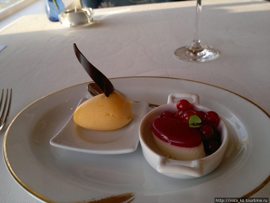 преддесерт (слева — мороженое, справа — пирожное с ягодами)
