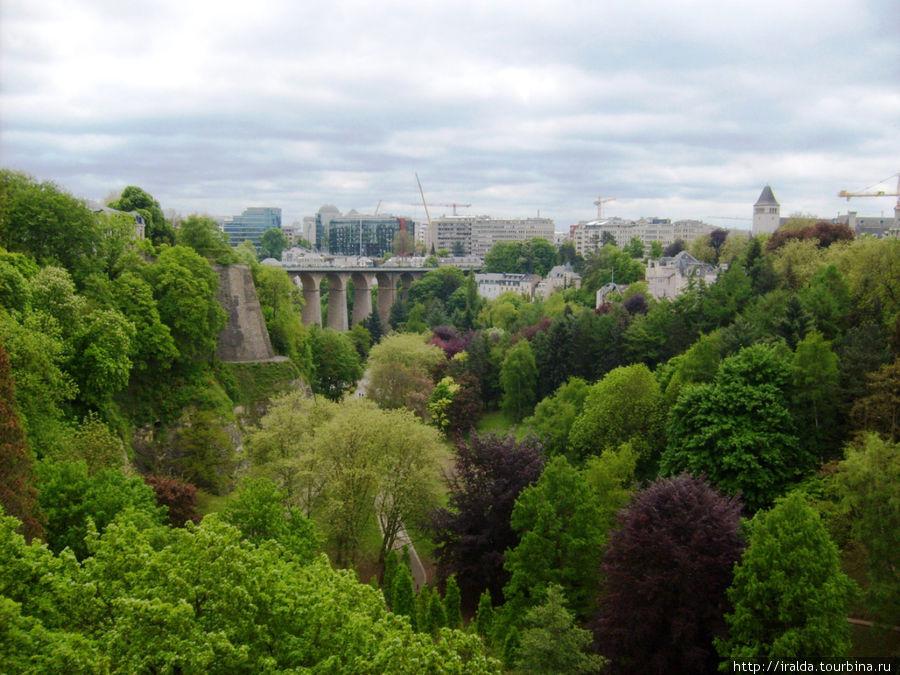 Визитной карточкой Люксембурга является одноопорный каменный мост.Огромный, глубокий овраг разрезает город на части, через овраг перекинуты мосты и виадук. От глубины и простора захватывает дух.