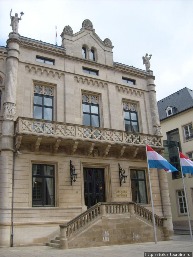 Очень компактный государственный комплекс для работы депутатов и здание Кабинета Министров.