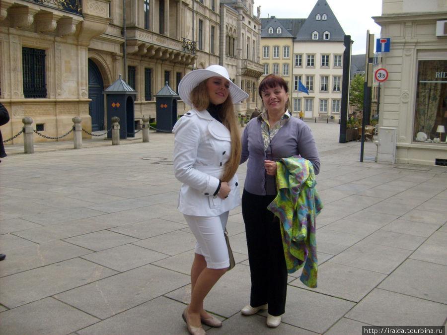 На плаце Конституции  регулярно происходят такие события: мер города скрепляет печатью брачующихся, после этого они садятся на воздушный шар и поднимаются в небо Люксембурга.