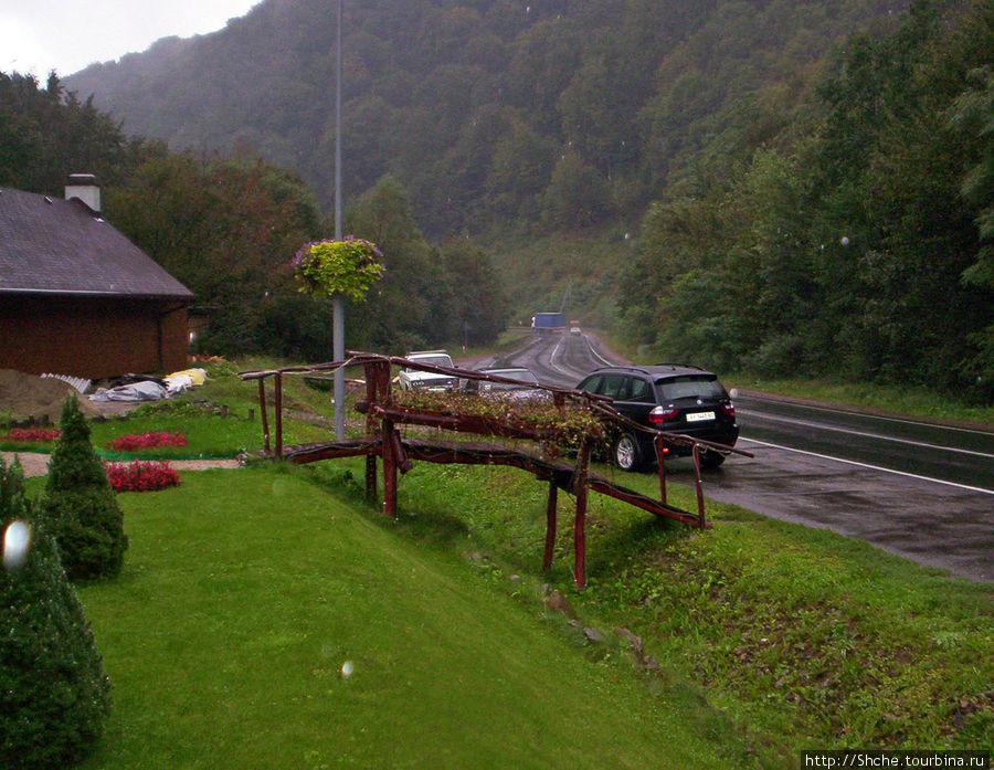 вид сна трассу, есть парковка вдоль дороги, есть слева от ресторана еще машин на 15