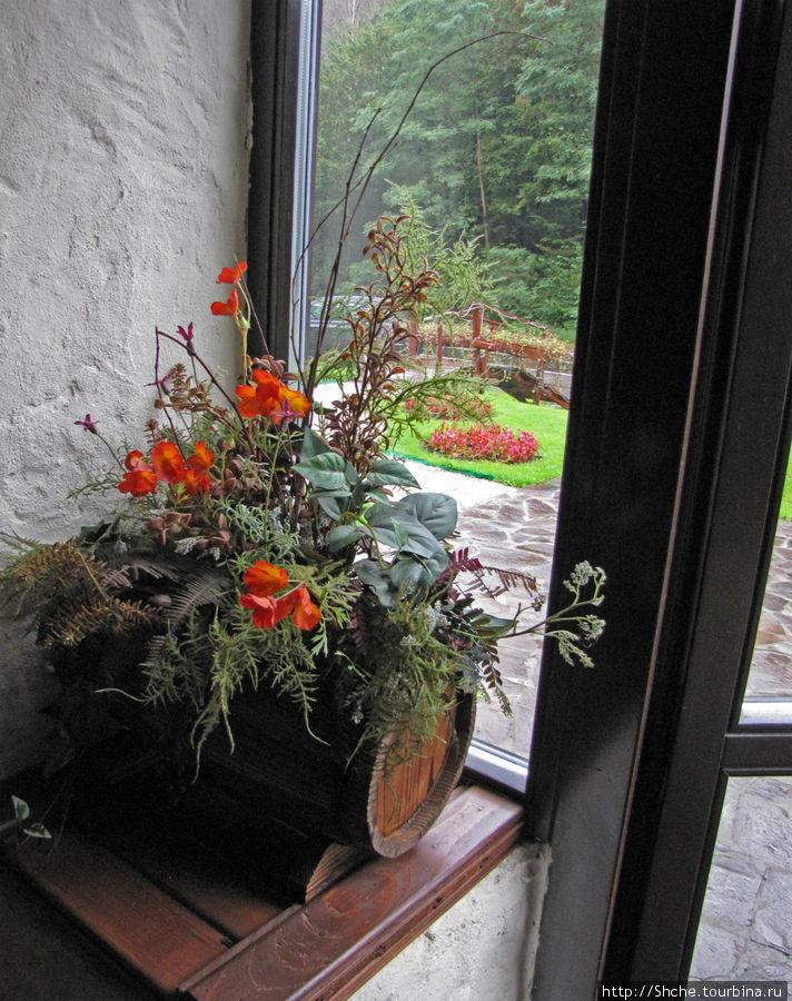 на входе встречают цветы...