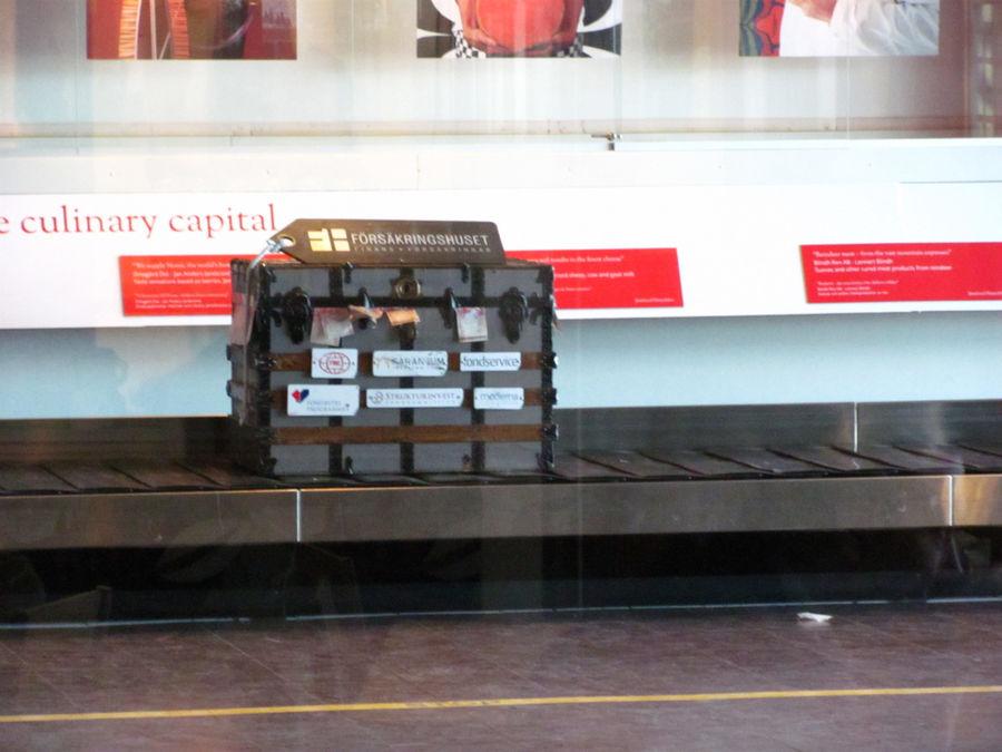 в качестве рекламы и увеселения публики на транпортёре всегда катается этот чемодан :)