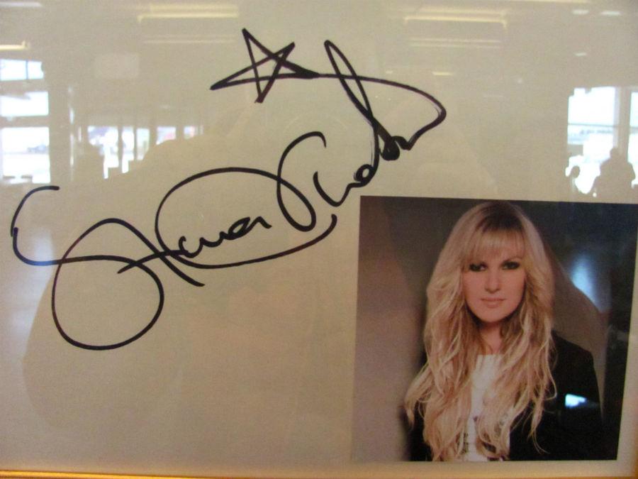 автограф Санны Нильсен, моей любимой в этом году шведской певицы и обладательницы 3-го места на Мелодифестивален в этом году. Диск с её автографом есть и у меня в коллекции :)