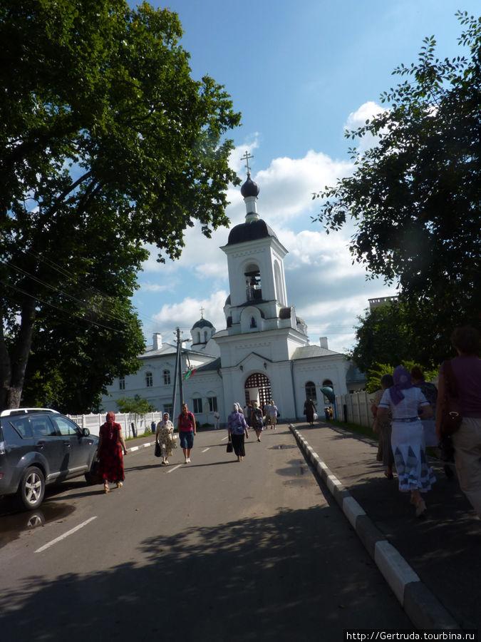 Тихий переулок ведет к Спасо-Ефросиньевскому монастырю  от улицы её имени.