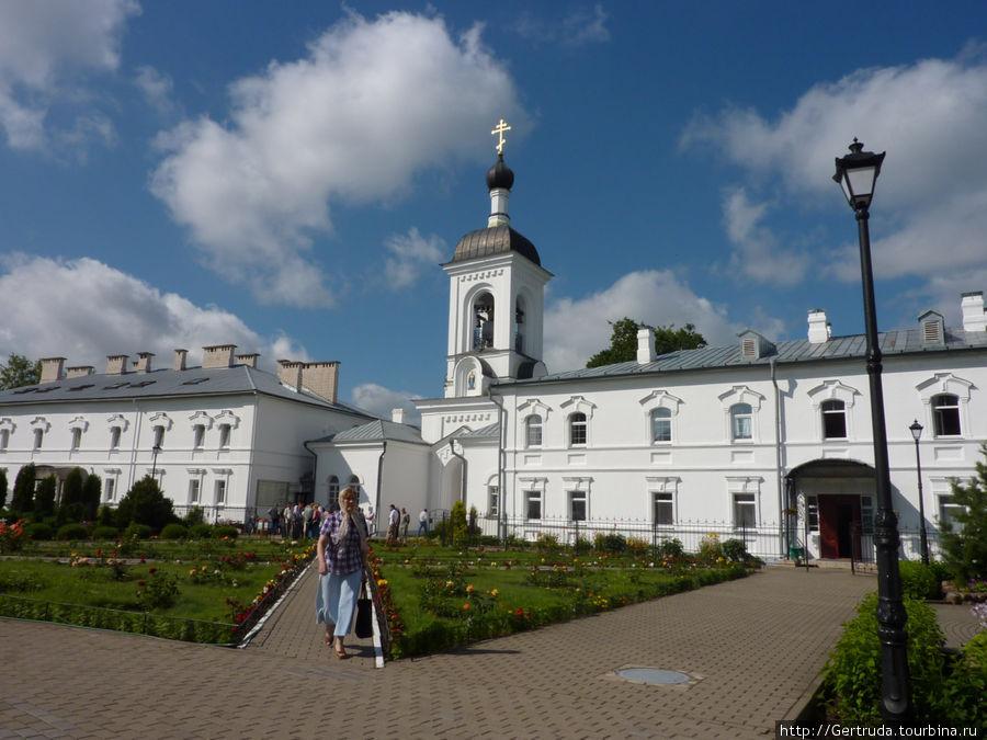Ворота-звонница  с жилым монастырским корпусом