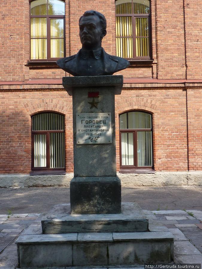 Памятник А.К. Горовцу — Герою Советского Союза.
