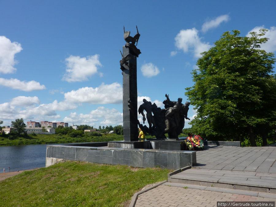 Памятник 23-м воинам-гвардейцам на берегу Двины.