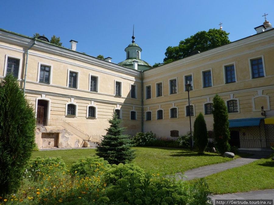 Бывшие монастырские постройки — теперь Музей-библиотека Симеона Полоцкого.