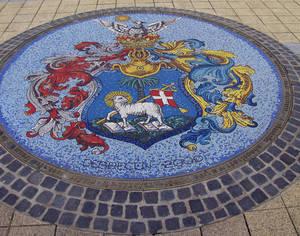 Мозаичный герб города на центральной площади