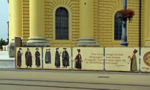 Возле Большой церкви ремонт, щиты прикольно раскрашены, но о чем — непонятно