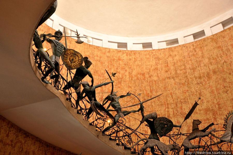 Фрагмент главной лестницы со скульптурами работы Лаки Сенанаяке, самобытного ланкийского скульптора из творческой мастерской Джеффри Бава.