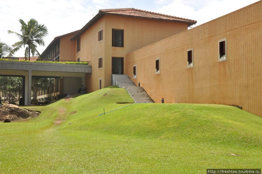 Внутренний двор возвели вокруг каменистого базальтового основания, буквально включив отель в клочок земли на мысу.