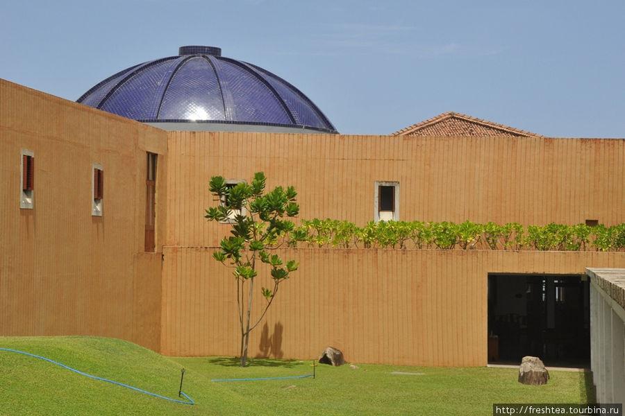 Во внутреннем дворе отеля. Синий купол покрыт глазированной фаянсовой плиткой — реплика на купола мечети, ведь половина населения Галле — потомки купцов с берегов Аравийского моря, которые ходили на остров за пряностями и самоцветами.