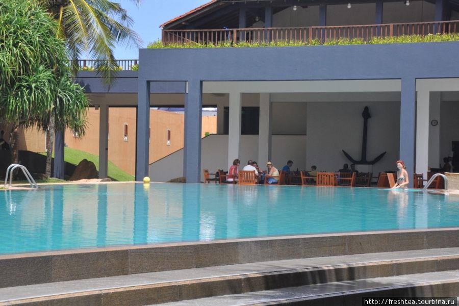 Верхний бассейн и бар у бассейна.