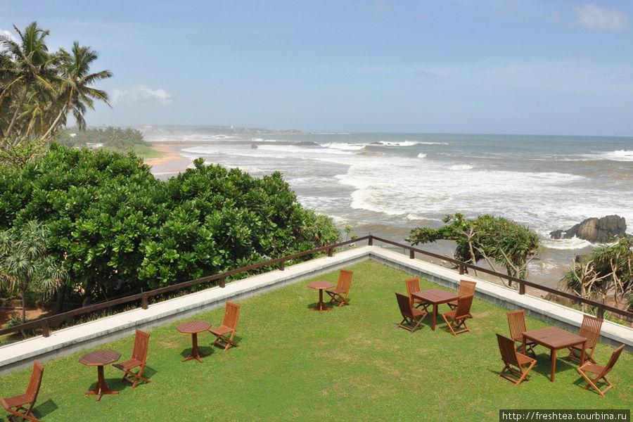 Форт, расположенный на мысу, хорошо просматривается с другого мыса, где с конца 1980-х возвели отель Jetwing Lighthouse по проекту арх. Джеффри Бава (он был давним другом заказчика и основателя первой на Шри-Ланке отельной группы Jetwing).