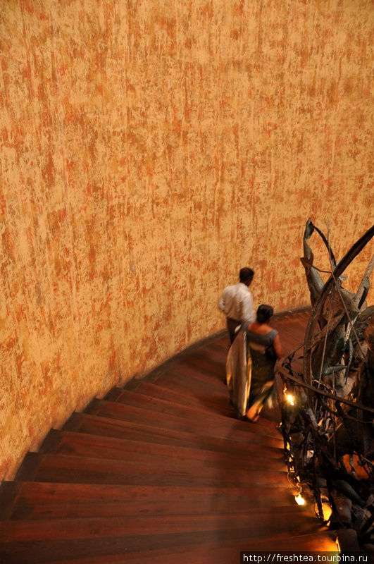 Знаменитая винтовая лестница отеля с кованной скульптурной балюстрадой на сюжет взятия португальского форта Санта Крус  (первоначальное название крепости) воинами Ост-Индской голландской компании в середине XVII века.