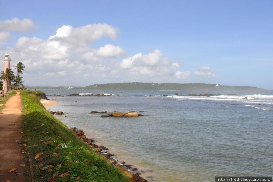 Многие выбирают для остановки на юге острова отель Jetwing Lighthouse ради прогулок в форт Галле, с его променадами от бастиона к бастиону по крепостным стенам форта, когда солнце начинает клониться к горизонту.