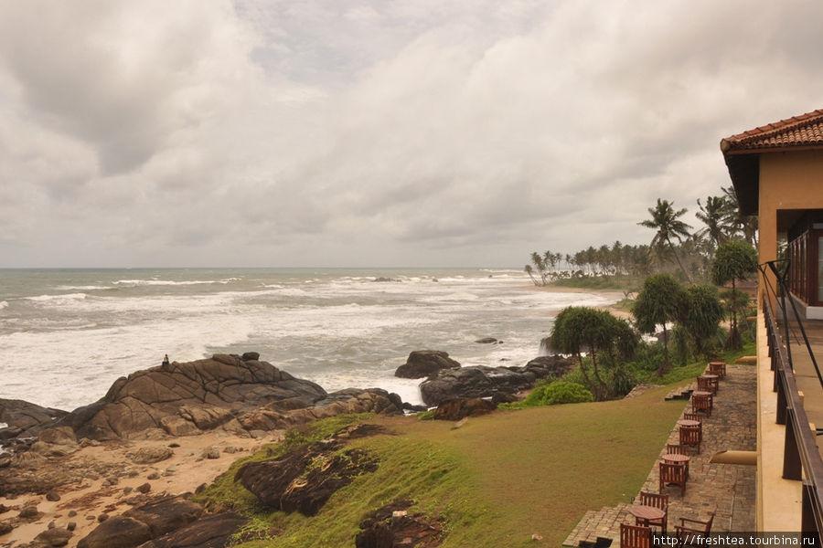 Вид с террасы ресторана а ля карт в сторону западного побережья острова.