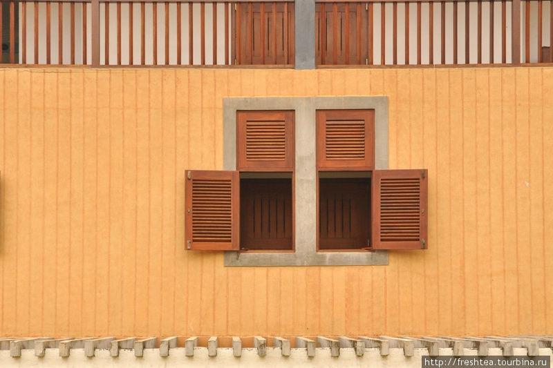 Окна и галереи отеля будто списаны с построек внутри Форта.