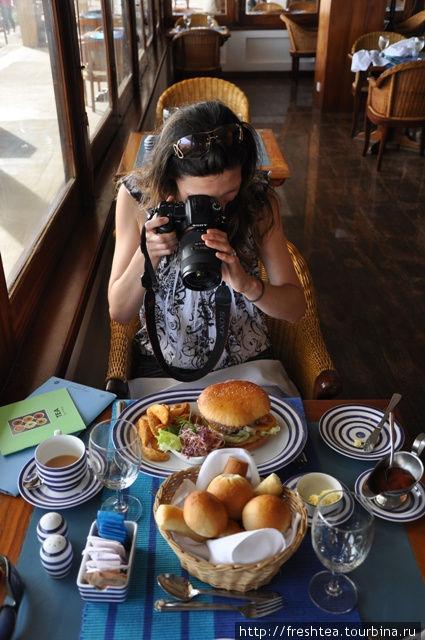 Величина бургеров так впечатлила мою подруру, что она вместо еды начала фотосессию :)