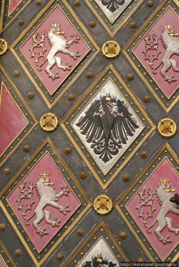 Готический собор Святых Петра и Павла: оформление ворот