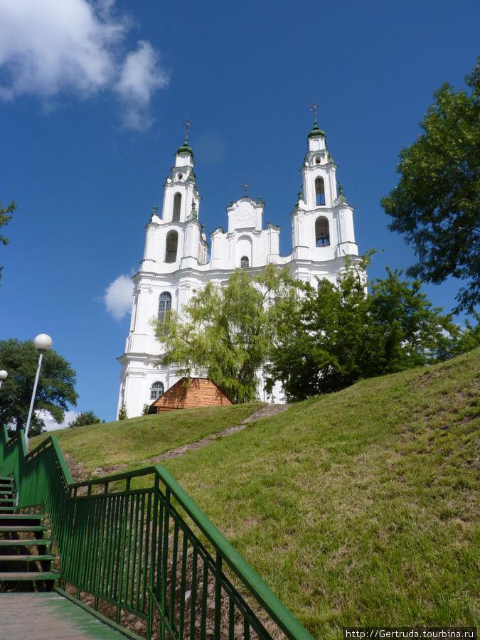 Длинная лестница ведет к собору.
