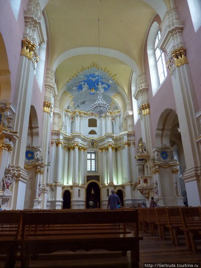 Внутреннее убранство собора — концертного зала.