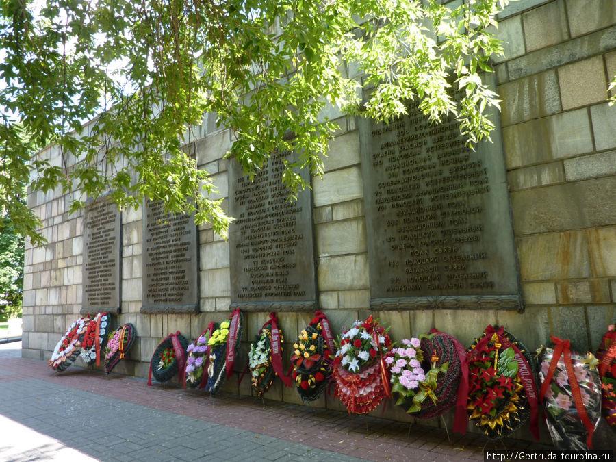 Часть другой стены Мемориала.