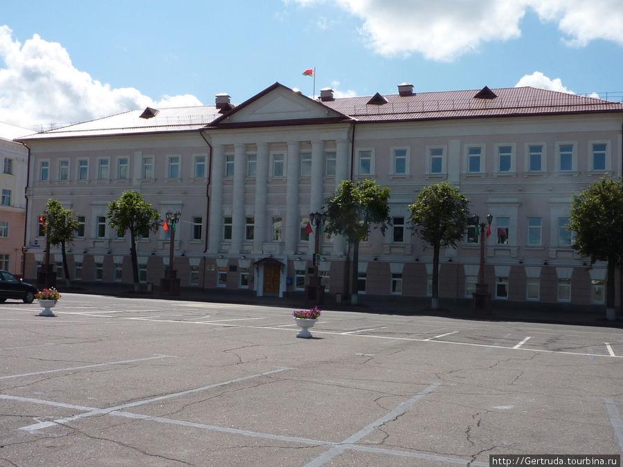 Здание городской администрации на Площади свободы.