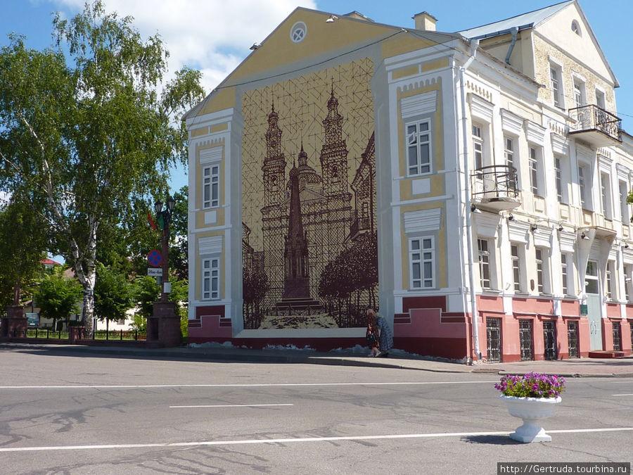 Здание   на другая стороне Площади свободы