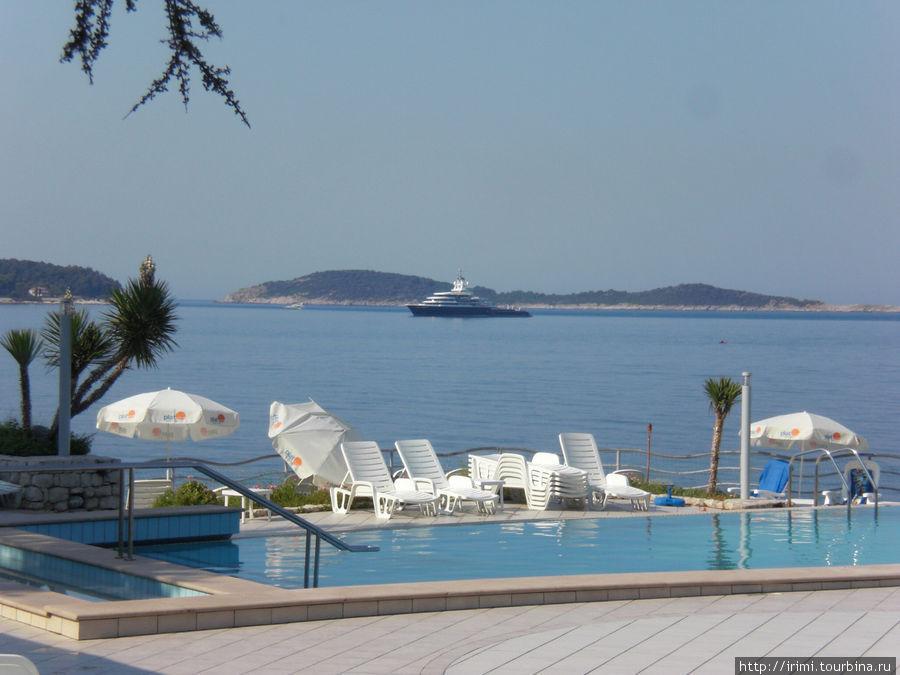 За неделю привыкли к такому пейзажу- острова, яхта... А на 8й день утром яхта ушла и стало как-то грустно.. :-))