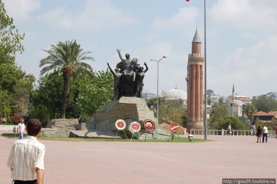 Минарет справа,  слева памятник Ататюрку