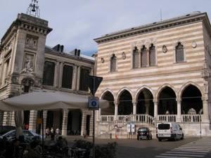 Жемчужина площади — лоджия Лионелло (1400г)