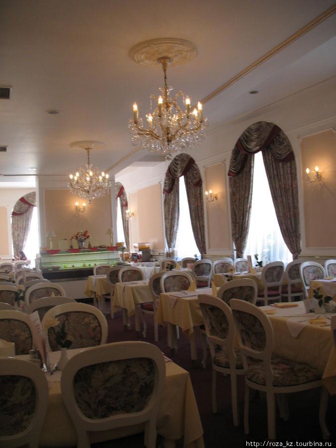 малый зал основного ресторана. Во 2-й приезд раздачу из этого зала убрали, поставили еще столики.