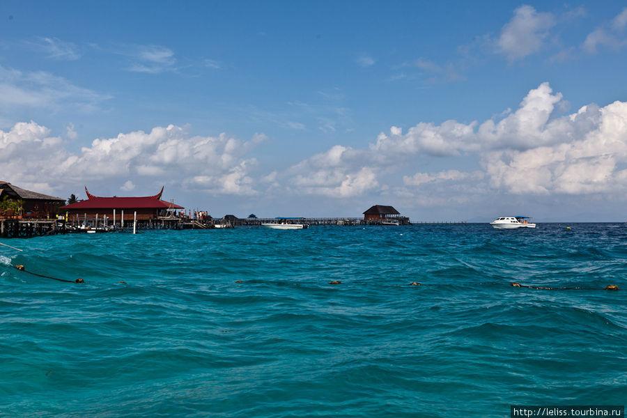 Вид на отель с катера.